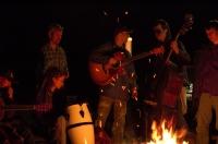 Príjemný víkend - hranie pri ohni